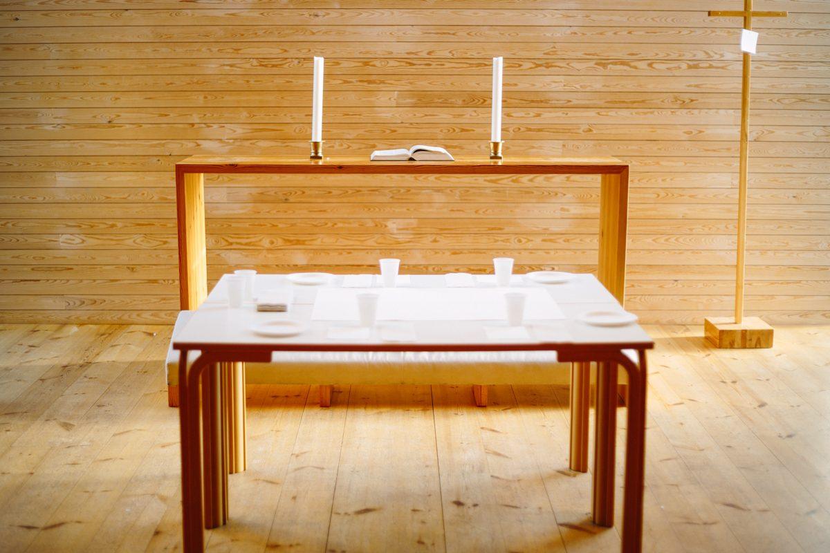 Maalauspöytä on katettu valmiiksi alttarin ääreen.