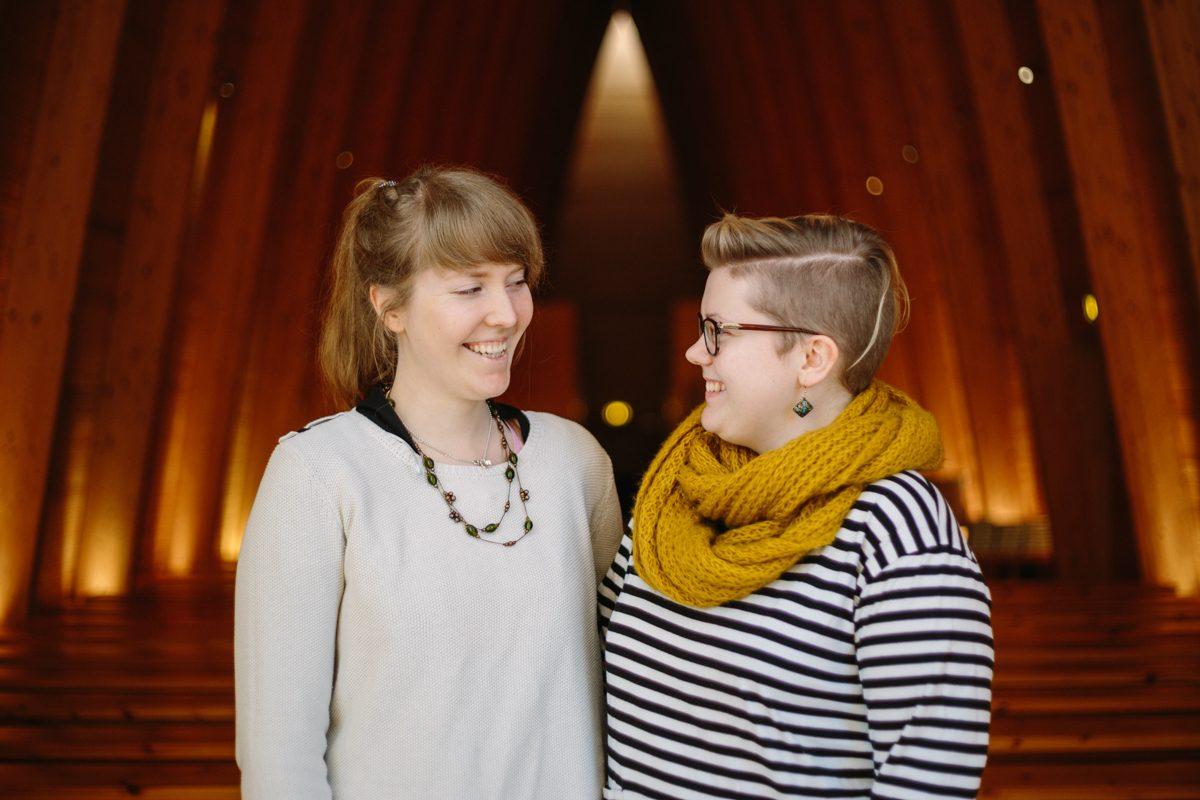 Ystävykset Liisi ja Sara osallistuivat rukousmaalaustyöpajaan Taidekappelissa.