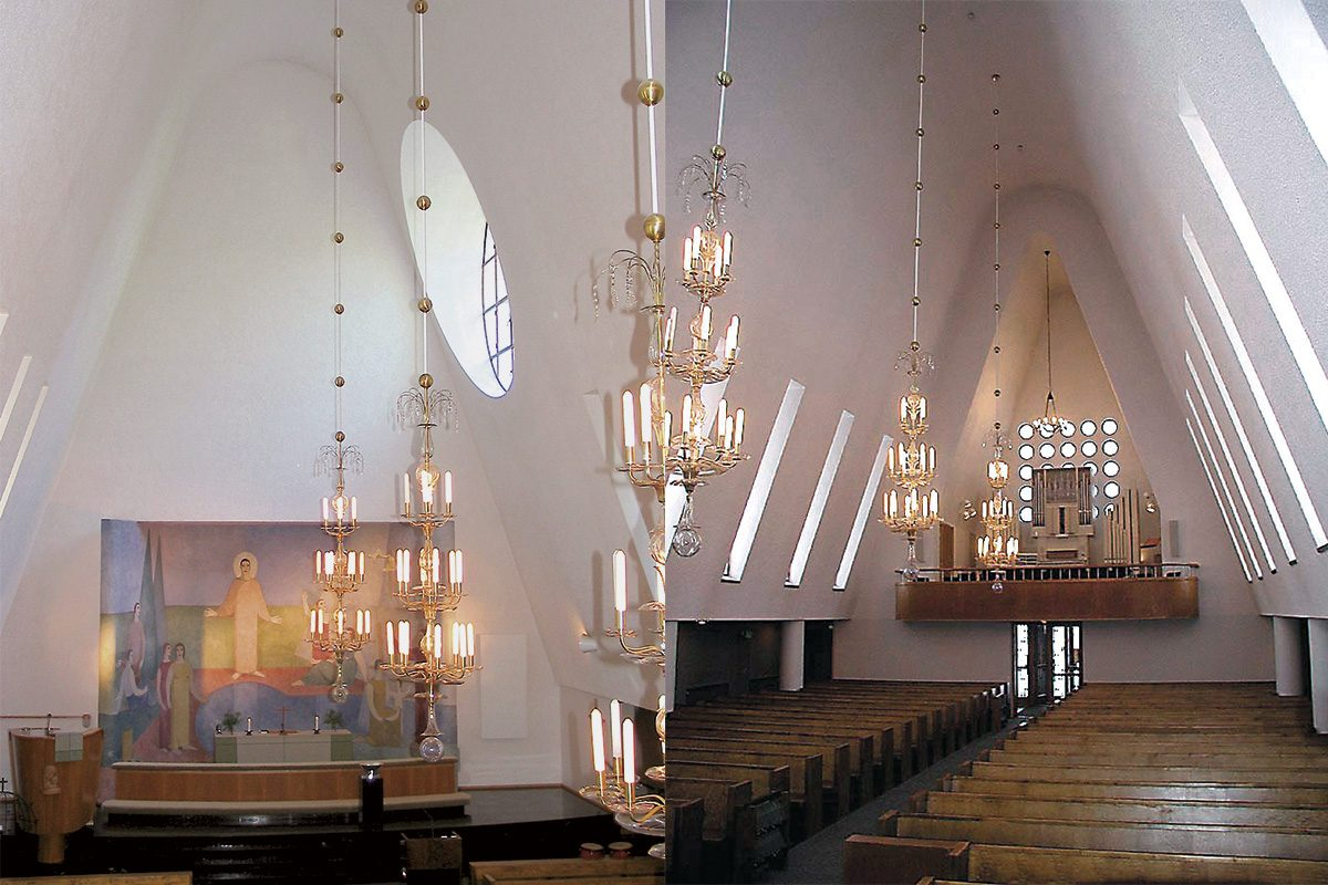 Rajamäen kirkon tunnelmallinen interiööri urkuparvelta alttarille ja alttarilta urkupalvelle kuvattuna.
